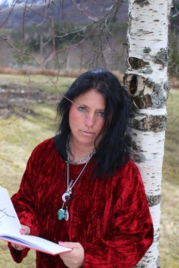 Elisabeth leser dikt til åndelig dåp på Gallefoss bro