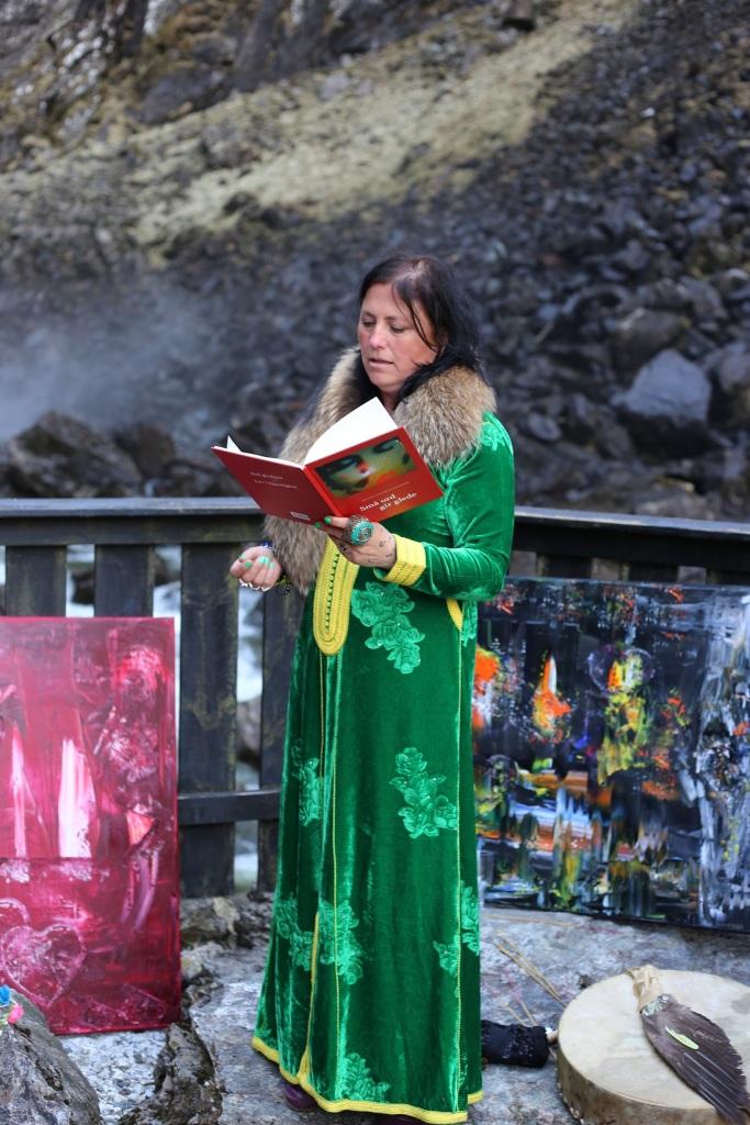 """Elisabeth leser diktet """"Å få elske"""". Foto: Lena Borge"""